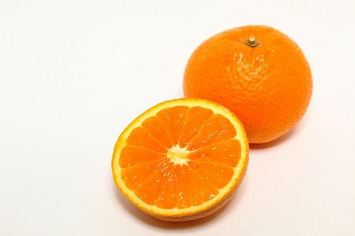 半切りにして切り口を見せているオレンジ