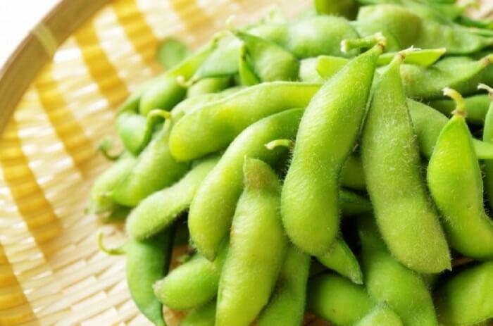 ざるに盛られたたくさんの枝豆