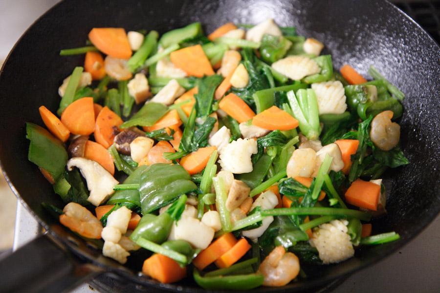 フライパンの上の野菜炒め