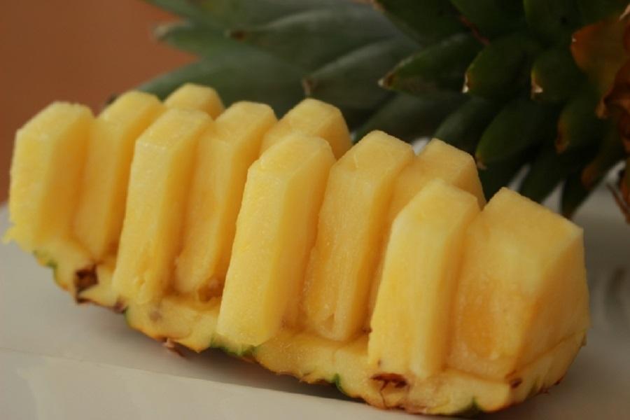 ひとくちサイズに切られたパイナップル