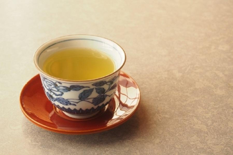 お椀に注がれている温かそうなお茶